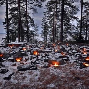 Pyhäinpäivän tulet Reuharinniemen lapinrauniolla. Kuva: U. Moilanen.