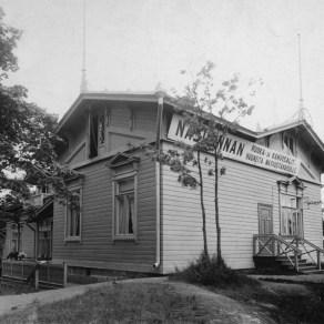 Milavidan huvilassa toimi kahvila ja ravintola 1900-luvun alussa. Atelier Laurent Tampereen museoiden kuva-arkisto.