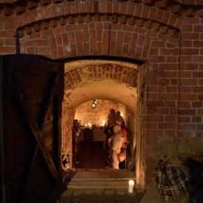 Adotoijat ovat järjestäneet kellarilla erilaisia tapahtumia. Tässä kynttiläillallinen.