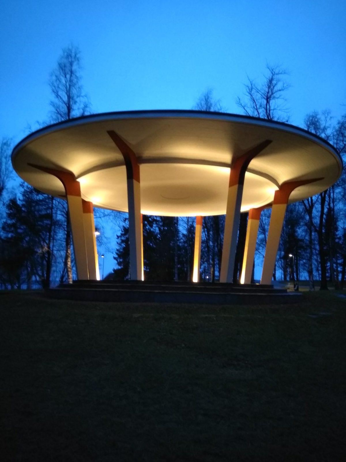 Näsinpuiston laululava valaistuna ja ympärillä syksyinen hämärä puisto.
