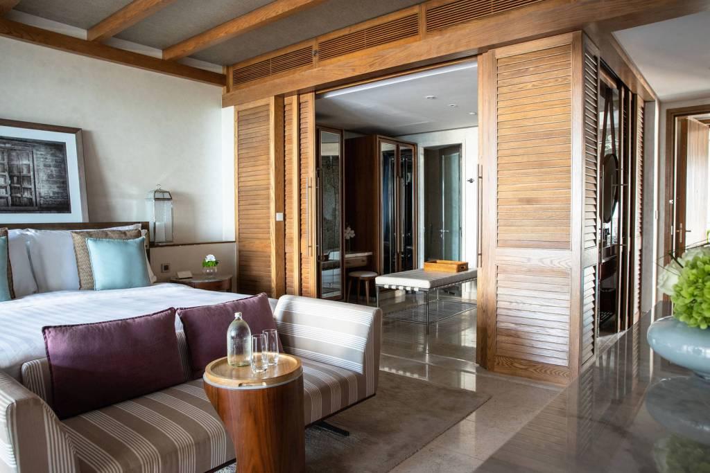 jumeirahalnaseem_resortdeluxesuperior_bedroom_landscape