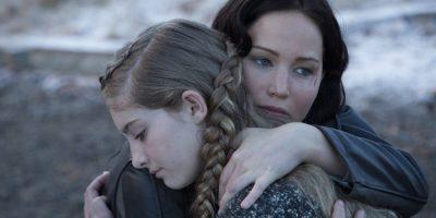 Szenenbild aus DIE TRIBUTE VON PANEM - Katniss (Jennifer Lawrence) und Primrose (Willow Shields) - © Studiocanal