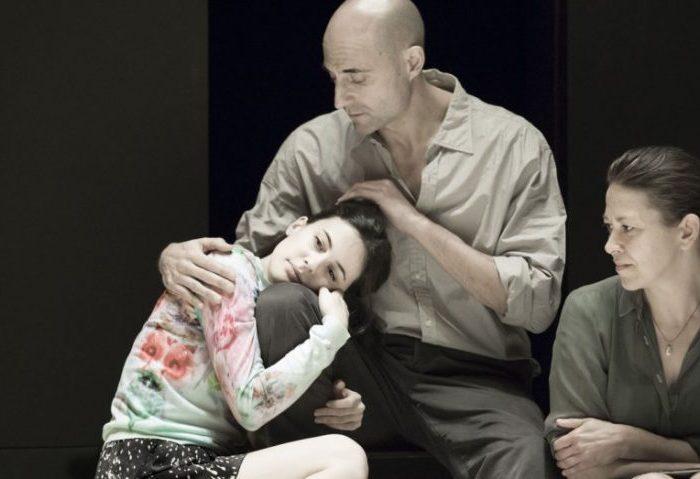 Szenenbild aus A VIEW FROM THE BRIDGE - Eddie (Mark Strong) will seine Tochter schützen. - Photo by Jan Versweyveld