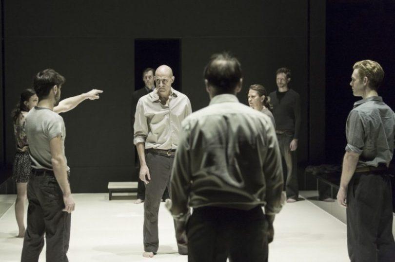 Szenenbild aus A VIEW FROM THE BRIDGE - Eddie (Mark Strong) gerät in Bedrängnis. - Photo by Jan Versweyveld