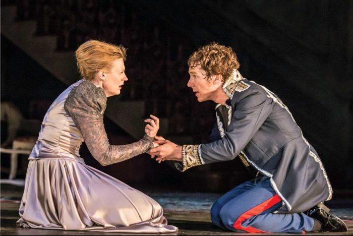 Szenenbild aus NT LIVE: HAMLET - Mutter Gertrude (Anastasia Hille) und Hamlet (Benedict Cumberbatch) - Credit: Johan Persson