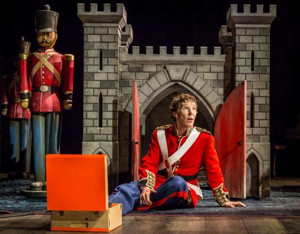 Szenenbild aus NT Live: HAMLET - Hamlet (Benedict Cumberbatch) - Credit: Johan Persson