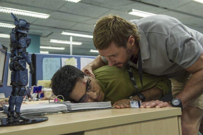 Filmstill aus Neill Blomkamps CHAPPIE; Vincent (Hugh Jackman) setzt Deon (Dev Patel) unter Druck, Copyright Sony Pictures