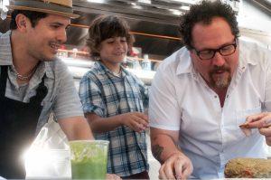Szenenbild aus CHEF - KISS THE COOK - Martin (John Leguizamo), Percy (Emjay Anthony) und Carl (Jon Favreau) kochen - © Koch Films