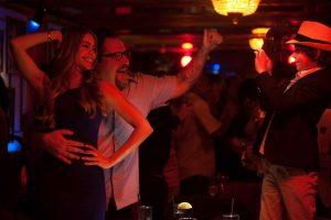 Szenenbild aus CHEF - KISS THE COOK - Inez (Sofía Vergara) und Carl (Jon Favreau) tanzen - © Koch Films