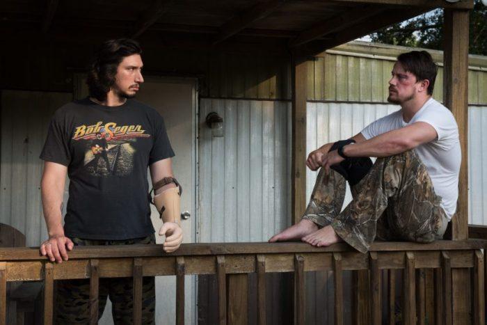 Clyde Logan (Adam Driver) und Jimmy Logan (Channing Tatum) auf der Veranda- Filmstill aus LOGAN LUCKY von Steven Soderbergh - © Studiocanal Germany