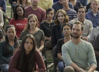 """Filmstill THE CIRCLE - Mae (Emma Watson) und Annie (Karen Gillan) inmitten der """"Circler"""" - © Universum"""