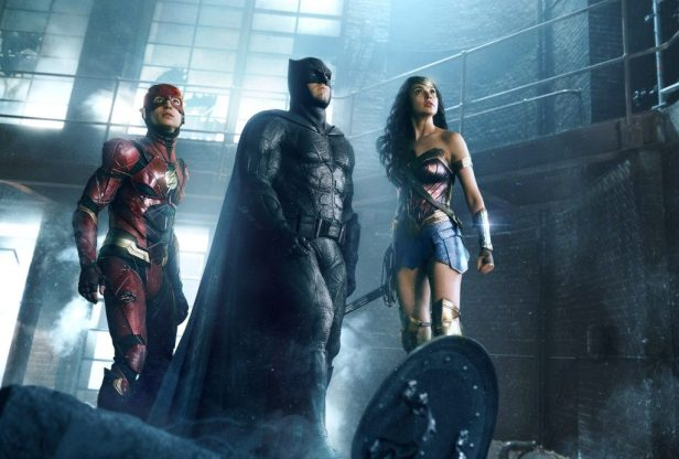 Filmstill JUSTICE LEAGUE (2017) - The Flash (Ezra Miller), Batman (Ben Affleck) und Wonder Woman (Gal Gadot) - © Warner Bros. Germany