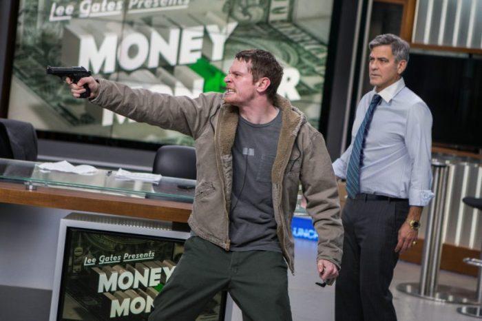 Filmstill zu MONEY MONSTER (2016) - Kyle (Jack O'Conell) bedroht Lee (George Clooney) während dessen Livesendung - © Sony Pictures