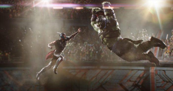 Filmstill aus THOR: RAGNAROK (2017) - Thor (Chris Hemsworth) gegen Hulk (Mark Ruffalo) - © Walt Disney