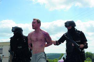 Szenenbild aus DAS GESETZ DER FAMILIE - TRESPASS AGAINST US - Chad (Michael Fassbender) wird festgenommen - © Koch Films
