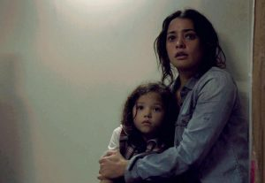 Szenenbild aus SELF/LESS - Madeline (Natalie Martinez) und ihre Tochter - © Concorde Home Entertainment