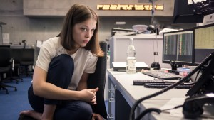 Szenenbild aus BAD BANKS - Jana (Paula Beer) steht unter großem Druck, sie hat Angst zu versagen. - © ZDF/Ricardo Vaz Palma