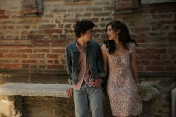 Szenenbild aus CALL ME BY YOUR NAME (2017) - Elio (Timothée Chalamet) und Marzia (Esther Garrel) an der Wand lehnend - © Sony Pictures
