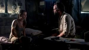 Szenenbild aus TOMB RAIDER (2018) - Lara Croft (Alicia Vikander) trifft auf Mathias Vogel (Walton Goggins) - © 2018 Warner Bros. Entertainment Inc. und Metro-Goldwyn- Mayer Pictures Inc.