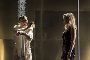 Cat on a hot tin roof - National Theatre London 2018 - NT Live - Brick (Jack O'Connell) und Maggie (Sienna Miller) - Credit : Johan Persson