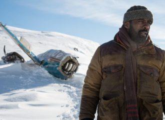 Szenenbild aus ZWISCHEN ZWEI LEBEN - THE MOUNTAIN BETWEEN US (2017) - Ben (Idris Elba) sucht einen Weg zurück in die Zivilisation - © 20th Century Fox