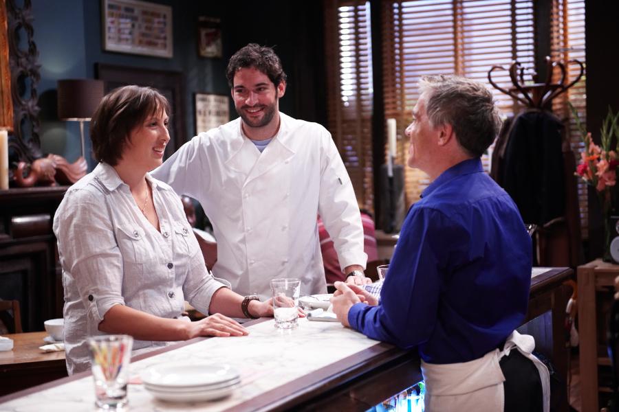 Szenenbild aus MIRANDA - Staffel 1 - Miranda (Miranda Hart), Gary (Tom Ellis) und Clive (James Holmes) - © Disney Channel