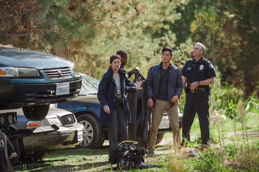 Szenenbild aus SEARCHING (2018) - Detective Wick (Debra Messing) hilft David (John Cho) bei der Suche. - © Sony Pictures