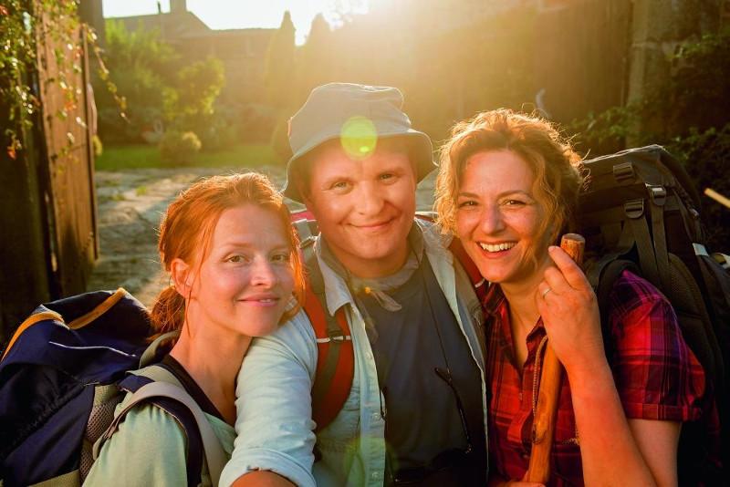 Szenenbild aus ICH BIN DANN MAL WEG - Lena (Karoline Schuch) , Hape (Devid Striesow) und Stella (Martina Gedeck) - © Warner Bros. Deutschland