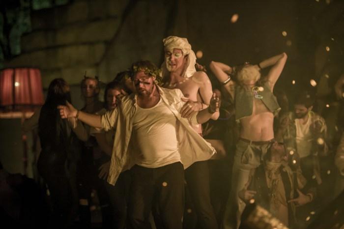 Szenenbild aus 25 km/h - Georg (Bjarne Mädel) und Christian (Lars Eidinger) auf dem Wurzelfestival. - © Sony Pictures