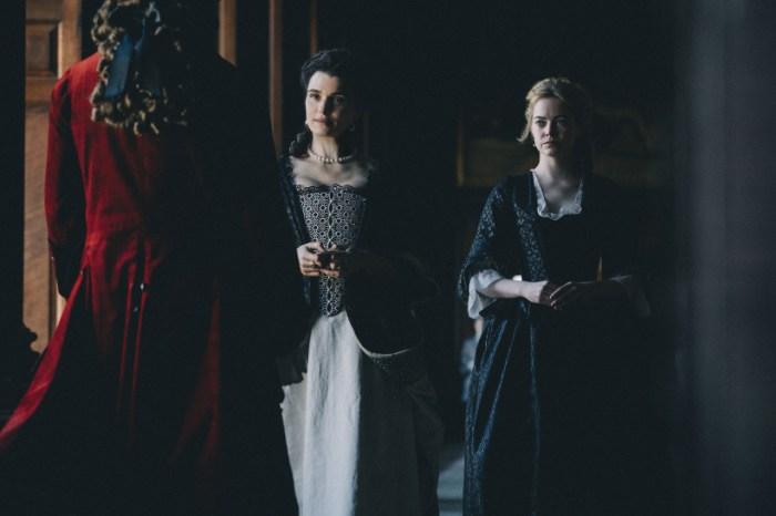 Szenenbild aus THE FAVORITE - Lady Sarah (Rachel Weisz) und Abigail (Emma Stone) - © 20th Century Fox