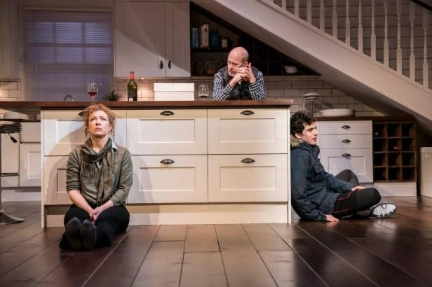 Szenenbild aus ADMISSIONS - Trafalgar Studios, London - Sherri (Alex Kingston), Bill (Andrew Woodall) und Charlie (Ben Edelman) - Photo Credit: Johan Persson