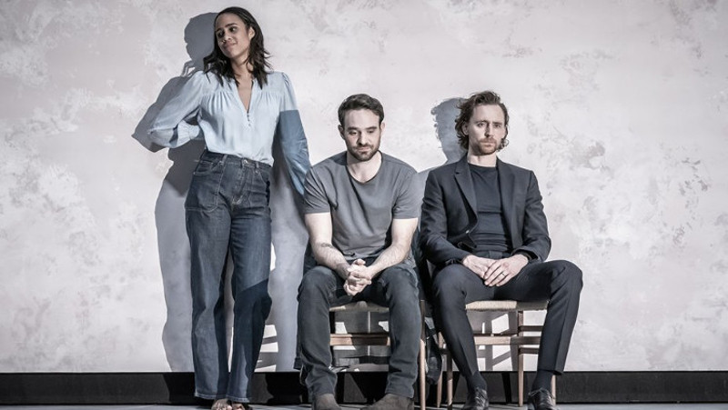 Szenenbild aus dem Theaterstück BETRAYAL - Emma (Zawe Ashton), Jerry (Charlie Cox) und Robert (Tom Hiddleston) - Photo credit: Marc Brenner