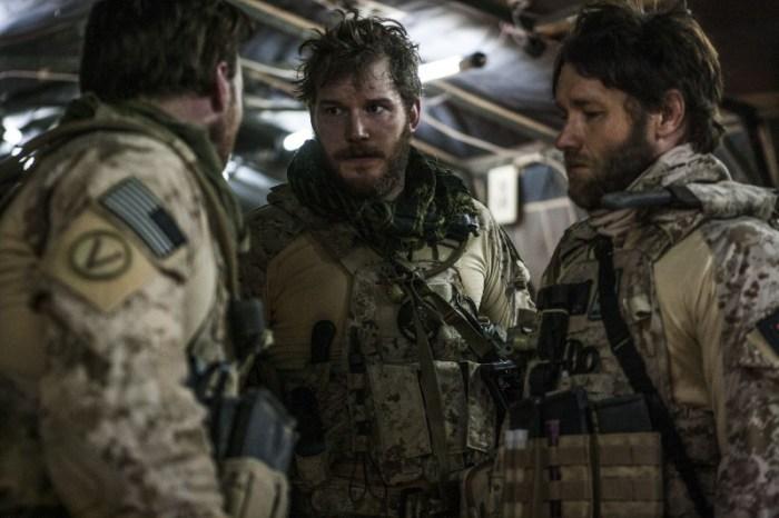 Szenenbild aus ZERO DARK THIRTY (2012) - Justin (Chris Pratt) und Patrick (Joel Edgerton) bereiten sich auf den Angriff vor. - © Universal Pictures