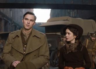 Szenenbild aus TOLKIEN (2019) - J.R.R. Tolkien (Nicholas Hoult) und Edith (Lily Collins) - © 20th Century Fox