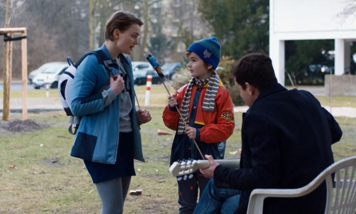 Szenenbild aus DIE EINZELTEILE DER LIEBE - Jakob (Justus Fischer) singt zusammen mit seinen Eltern Sophie (Birte Schnöink) und Georg (Ole Lagerpusch). - © Arsenal