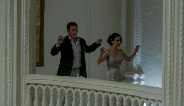 Szenenbild aus HOTEL MUMBAI - Vasili (Jason Isaacs) und Zahra (Nazanin Boniadi) - © Universum Filmverleih