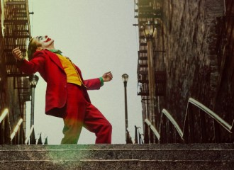 Szenenbild aus JOKER (2019) - Arthur wird zum Joker (Joaquin Phoenix) - © Warner Bros.