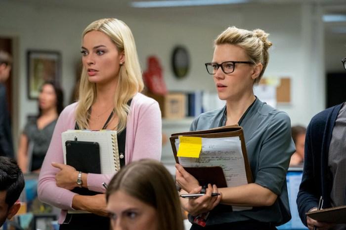Szenenbild aus BOMBSHELL (2019) von Jay Roach - Kayla (Margot Robbie) und Jess (Kate McKinnon) arbeiten zusammen bei Fox. - © Wild Bunch Germany