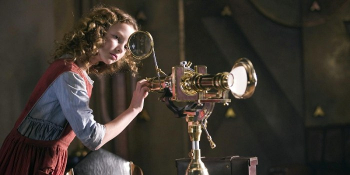 Szenenbild aus THE GOLDEN COMPASS - DER GOLDENE KOMPASS - Lyra (Dakota Blue Richards) ist neugierig. - © Warner Bros.