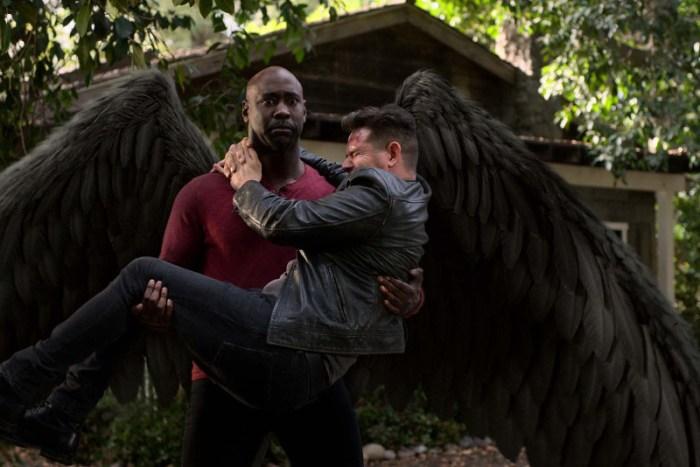 """Szenenbild aus LUCIFER - Staffel 5 - Amanediel (D.B. Woodside) befördert Daniel (Kevin Alejandro) mittels """"Flugtaxi"""" an einen anderen Ort. - © Netflix 2021"""
