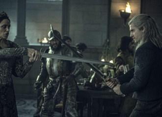 Szenenbild aus THE WITCHER - Staffel 1- Königin Calanthe (Jodhi May) setzt sich gegen Geralt von Rivia (Henry Cavill) zur Wehr. - © Netflix