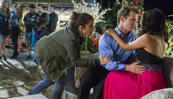 Szenenbild aus UnREAL - 1. Staffel - Rachel (Shiri Appleby) versucht die Szene zu optimieren. - © Lifetime