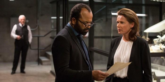 Szenenbild aus WESTWORLD - 1. Staffel (2016) - Bernard (Jeffrey Wright) und Theresa Cullen (Sidse Babett Knudsen) kommen Ford auf die Spur. - © HBO