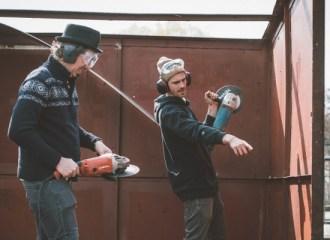 Szenenbild aus DAS HAUSBOOT - Olli und Fynn bei der Arbeit - © Brian Jakubowski