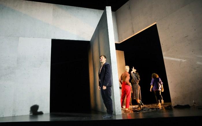 Szenenbild aus DER KREIS UM DIE SONNE - Residenztheater München - © Birgit Hupfeld