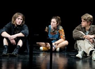 Szenenbild aus MEHR SCHWARZ ALS LILA - Alex (Amélie Althaus), Ratte (Bernadette Leopold) und Paul (Samuel Müller) - © Adrienne Meister