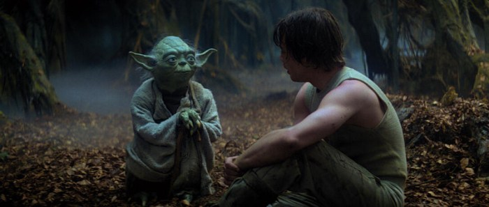 Szenenbild aus THE EMPIRE STRIKES BACK - Yoda (Frank Oz) unterrichtet Luke (Mark Hamill) - © 20th Century Fox