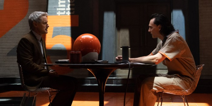 Szenenbild aus LOKI - 1. Staffel - Mobius (Owen Wilson) und Loki (TomHiddleston) -  Photo by Chuck Zlotnick. ©Marvel Studios 2021. All Rights Reserved.