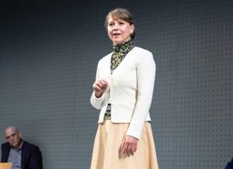 Szenenbild aus GOTT (2021) - Residenztheater München - Frau Keller (Cathrin Störmer), Mitglied des Ethikrates - © Sandra Then
