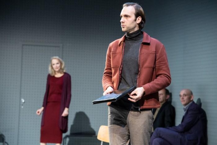 Szenenbild aus GOTT - Residenztheater München - Rechtsanwalt Biegler (Michael Wächter) verteigt seine Klientin. - © Sandra Then